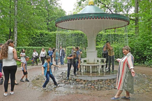 """Der """"Regenschirm""""-Brunnen im Schlosspark"""