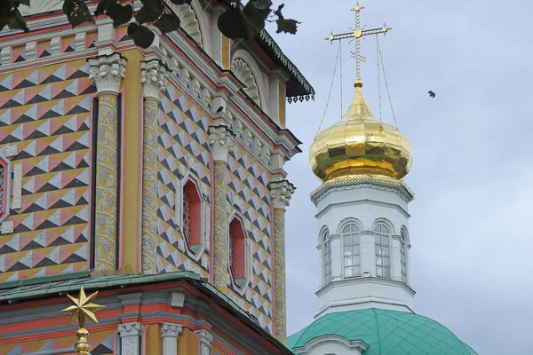 Bunte Ornamente schmücken einige der Klosterbauten.