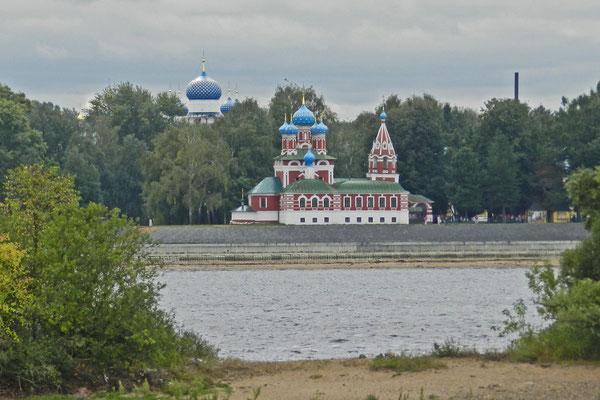 Die Demetrios- oder Blutkirche von der Wolga aus gesehen