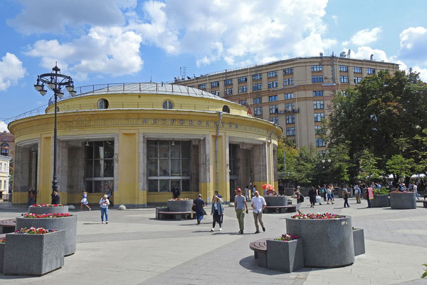 Radio-Moskau-Funkhaus und Metro-Station Nowokusnezkaja