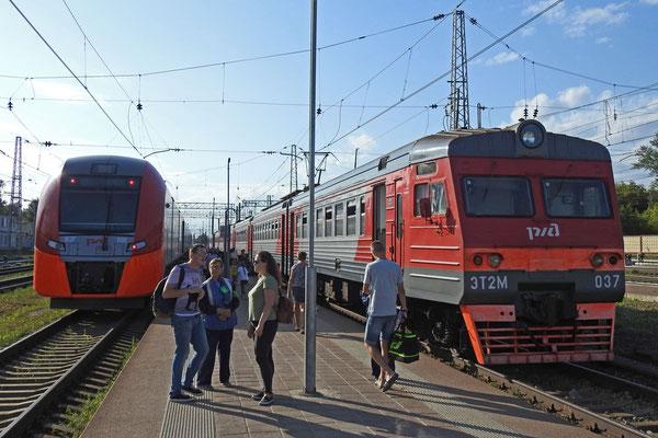 """Vorortzüge in Twer, links die """"Lastotschka"""" aus Torschok"""