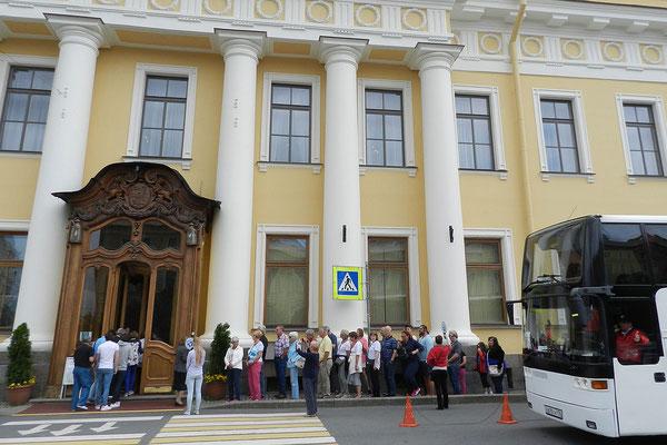 Touristen stehen Schlange vor dem Jussupow-Palast