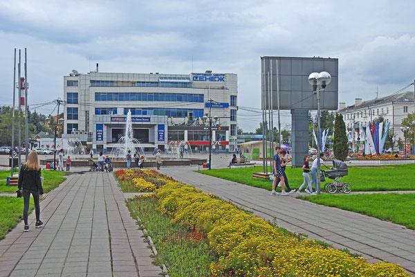 Der zentrale Platz von Solnetschnogorsk mit dem Senesch-Einkaufszentrum und Kino