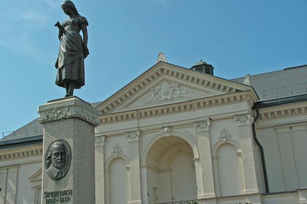 """Auf dem Marktplatz von Klaipeda steht das Denkmal für das """"Ännchen von Tharau""""."""