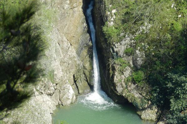 Blick von den Adlerfelsen hinunter auf einen der Agura-Wasserfälle