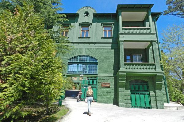 Eingang zum Gebäudekomplex der Stalindatscha