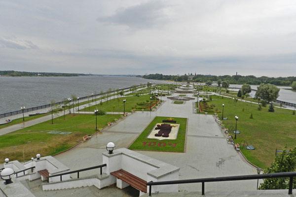 """Blick auf den """"Strelka-Park"""" am Zusammenfluss von Wolga und Kotorosl"""
