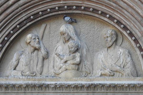 Relief über dem Eingang zu einer Altstadtkirche