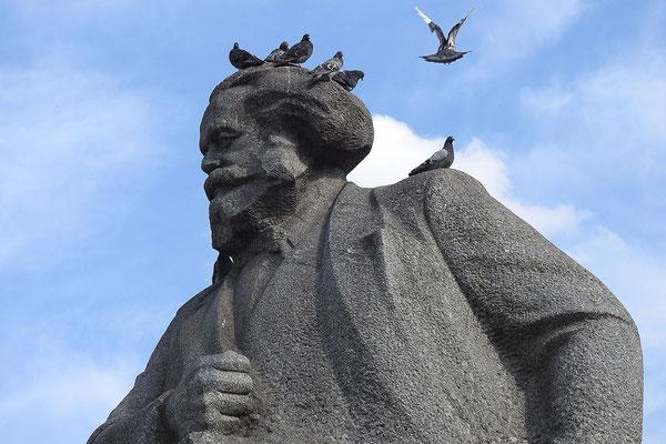 Karl Marx hat gefiederten Besuch.