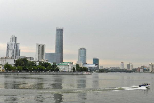 Skyline von Jekaterinburg vom Stadtteich aus betrachtet