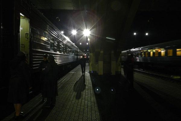 Der Nachtzug nach Moskau steht zur Abfahrt bereit.