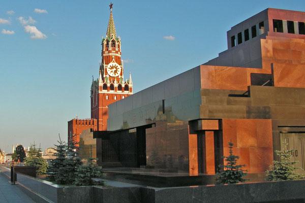 Lenin-Mausoleum im Abendlicht. Innen herrscht totales Fotoverbot.