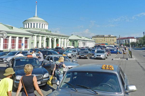 Am Bahnhof von Murmansk herrscht viel Betrieb.
