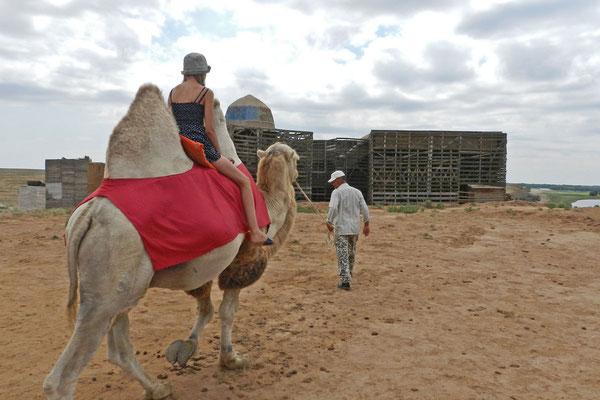 In Sarai-Batu können Gäste für einige Rubel auch auf Kamelen herumreiten.