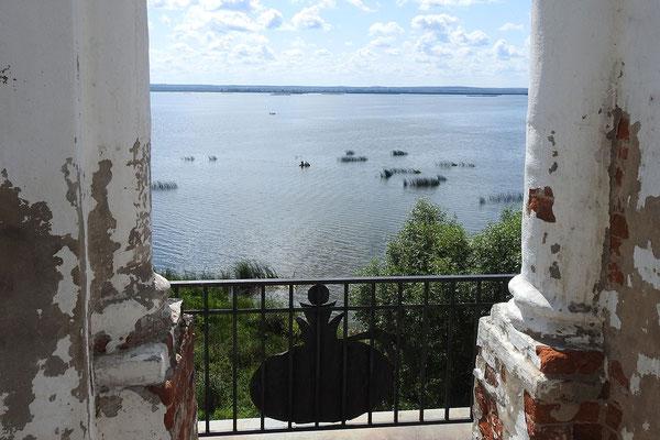 Das Kloster liegt direkt am Nerosee.