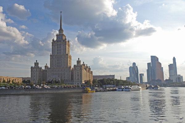 """Abendstimmung an der Moskwa gegenüber vom Hotel """"Ukraina"""""""