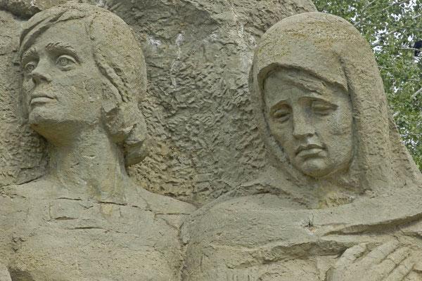 Detail der Skultptur am Eingang zur Gedenkstätte Mamai-Hügel.