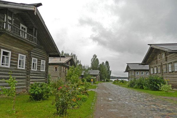In den Holzhäusern haben sich Künstler und Handwerker eingerichtet.