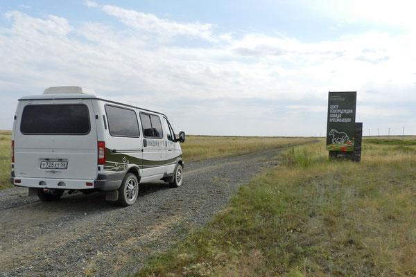 Ein Minibus des Reservats bringt uns in die Steppe.