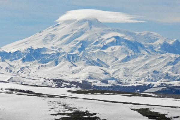 Der Elbrus wirkt zum Greifen nah.
