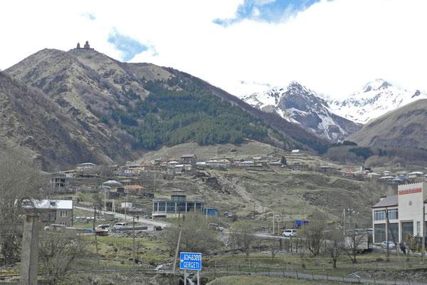 Kazbegi - die erste größere Siedlung auf der georgischen Seite der Grenze