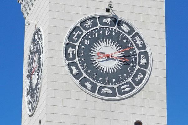 Die markante Sternzeichen-Uhr am Bahnhofsturm