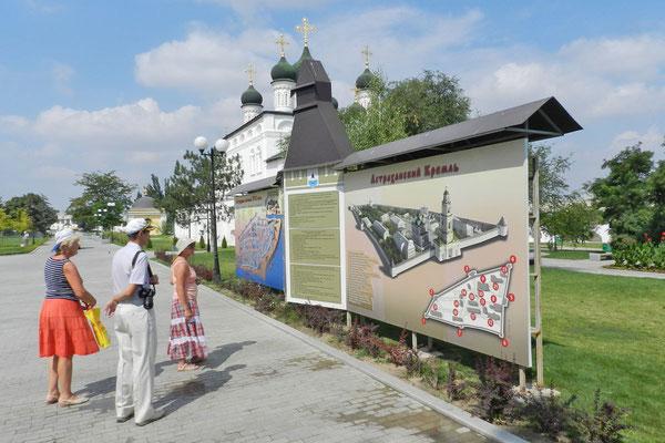 Kreuzfahrt-Touristen auf Visite im Kreml von Astrachan