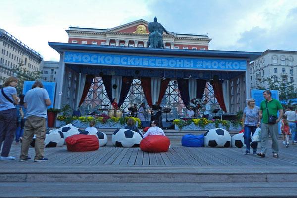 Straßenkonzert mit Fußball-Sitzsack