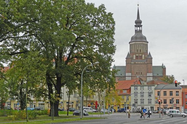 На пути с вокзала к историческому центру города Штральзунд.
