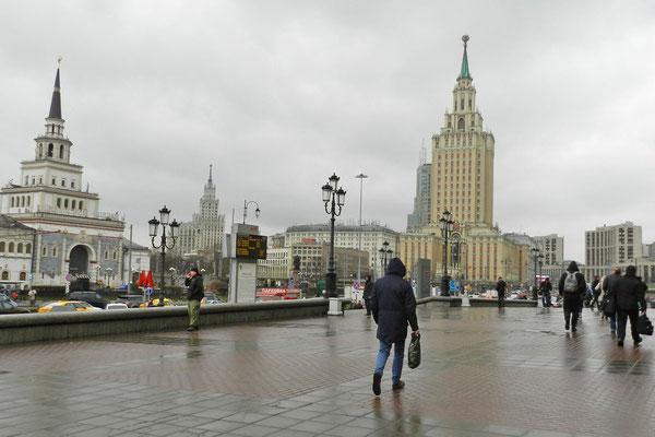 Der verregnete Platz der drei Bahnhöfe in Moskau