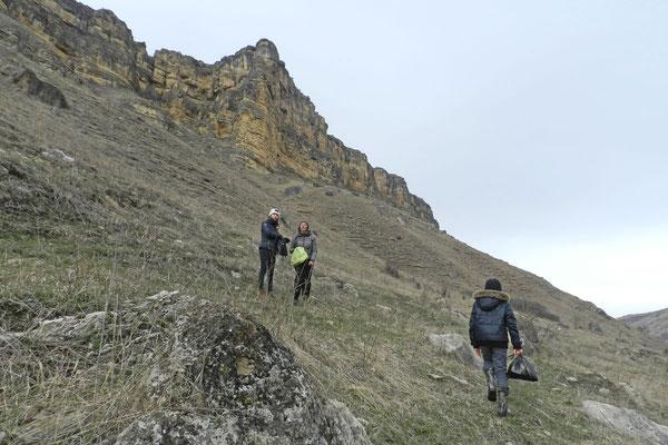 Eindrucksvolle Felsformationen über dem Berjosowka-Flüsschen