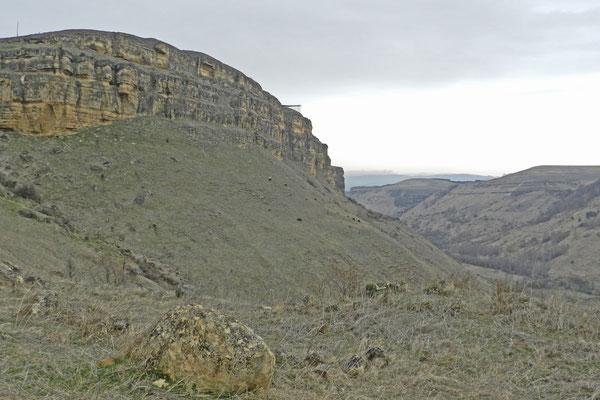 Der Weg führt führt steil in den Canyon hinab.