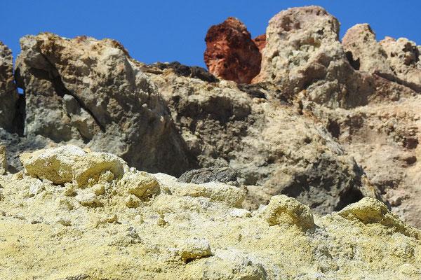 Schwefelhaltige Felsen am Hafen von Vulcano