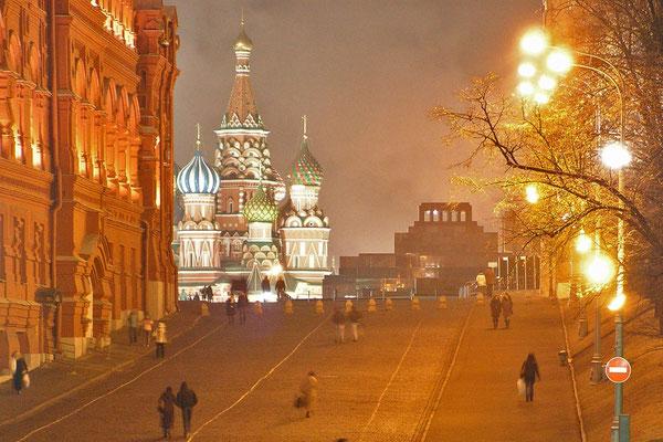 Nächtlicher Blick vom Manege-Platz zum Roten Platz.