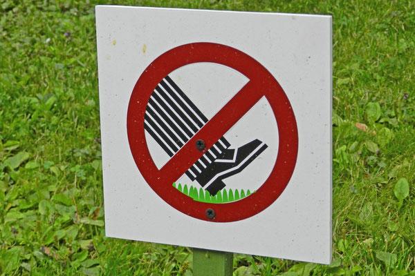 Nicht auf den Rasen treten!