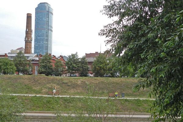 Blick vom Stadtpark auf den Wyssozki-Wolkenkratzer