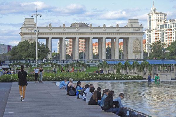 Das pompöse Eingangsportal zum Gorki-Park