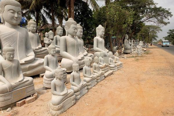 Boeddha fabriekje langs de kant van de weg.