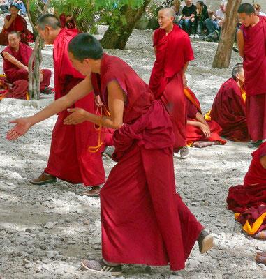Debaterende monniken in het Sera klooster