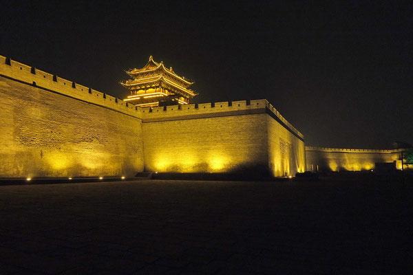 De stadsmuur van Pingyao bij nacht