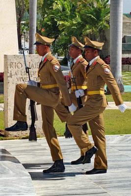 Wisseling van de wacht bij mausoleum van José Martí