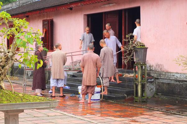 Monniken bij de Thien Mu pagode