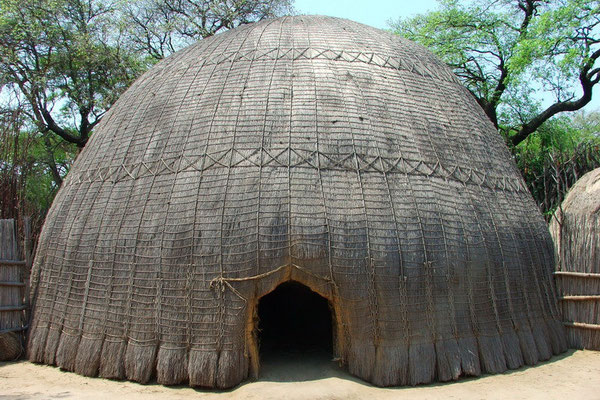 Traditionele hut in Matsamo op de grens met Zuid Afrika