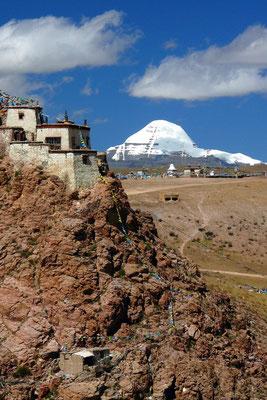 Chui Gompa met Mount Kailash op de achtergrond.