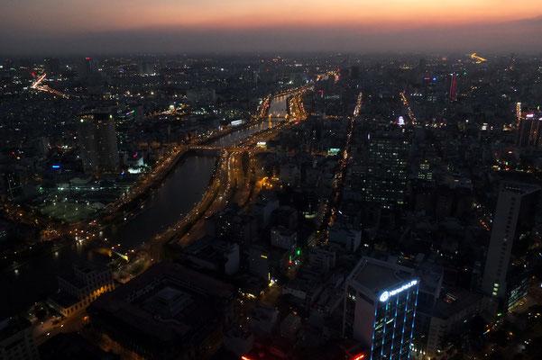 Saigon bij avond vanaf de 52 ste etage (178 m.) van de Bitexco tower.