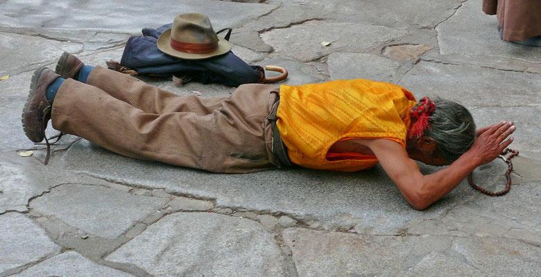 Prosternerende pelgrim voor de Jokhang tempel.