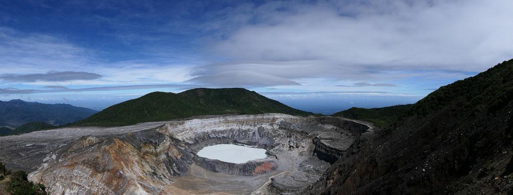De Poás vulkaan. Op ruim 2500 meter hoogte heb je een mooi uitzicht op het zwavelhoudende meer in de krater.