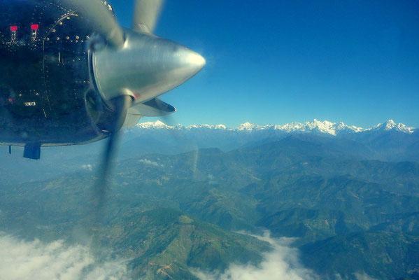 Mooi uitzicht op de Himalaya vanuit het vliegtuig