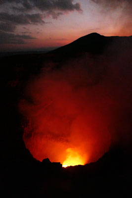 De Masaya vulkaan is nog aktief. 300 meter onder de kraterrand stroomt de lava.