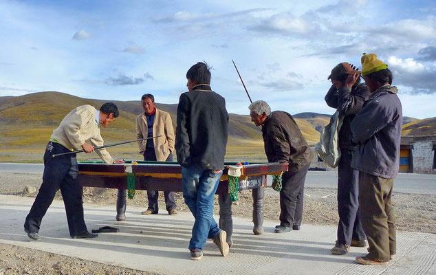 Overal waar je komt in Tibet wordt op straat gebiljart